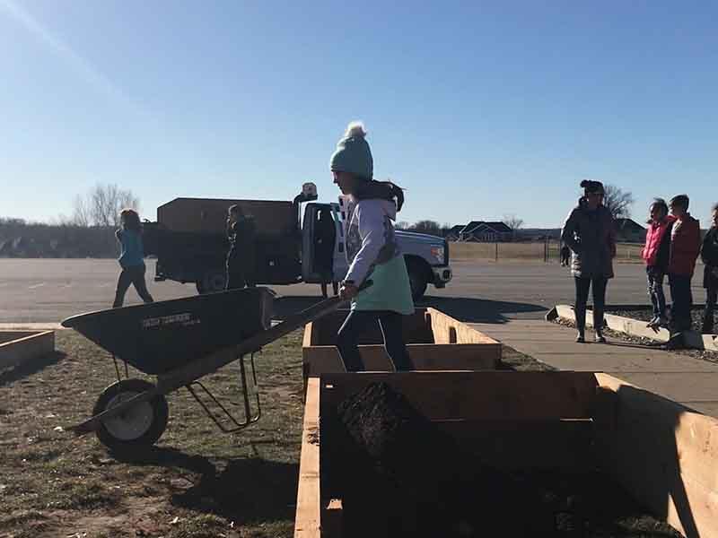 SYG Garden Construction Girl with Wheelbarrow
